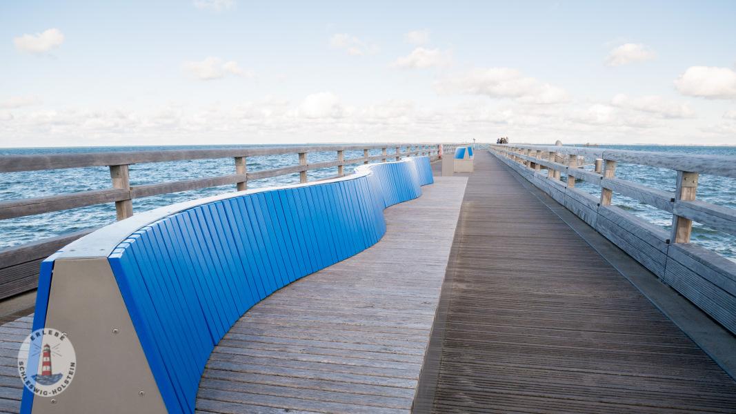 Bänke auf der Seebrücke Heiligenhafen