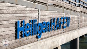 Heiligenhafenschild an der Seebrücke Heiligenhafen