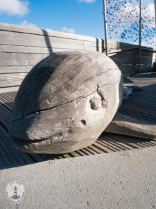 Delfinfigur auf der Seebrücke Heiligenhafen