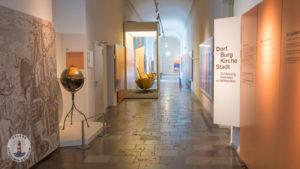 Eingang zur Ausstellung Dorf Burg Kirche Stadt in Schloss Gottorf