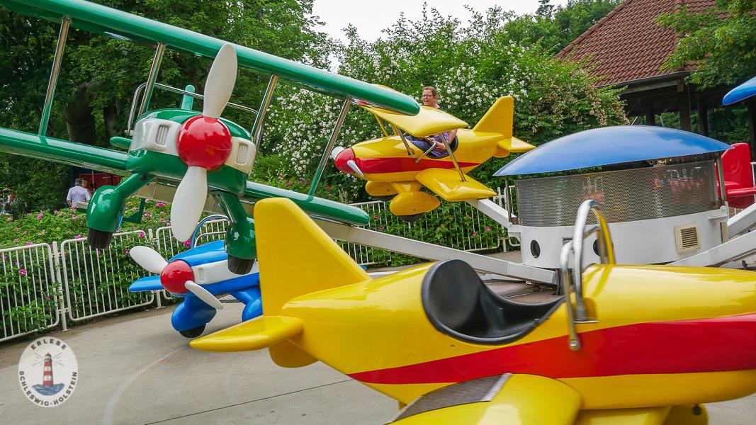 Flugzeuge fliegen im Freizeitpark Tolk-Schau