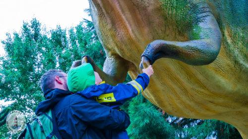 T-Rex die Hand schütteln Tolkschau Freizeitpark