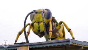Figur einer Riesenbiene in Tolk-Schau